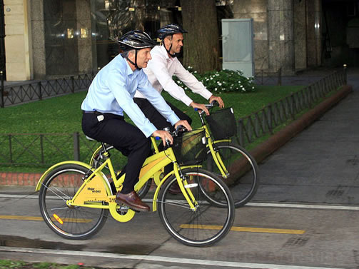 President Mauricio Macri riding a yellow bike that is part of the EcoBici program